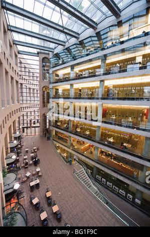 À l'intérieur de la bibliothèque municipale de Vancouver, conçu par Moshe Safdie, Vancouver, British Columbia, Canada, Banque D'Images