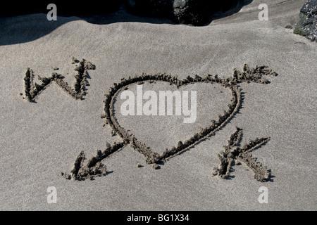 W et K, le Prince William et Kate Middleton. Wills et Kate. Une romance royale. L'amour des lettres dans le sable. Banque D'Images