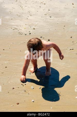 Garçon jouant sur une plage Banque D'Images