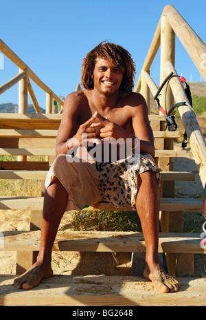 Homme assis sur un escalier en bois Banque D'Images