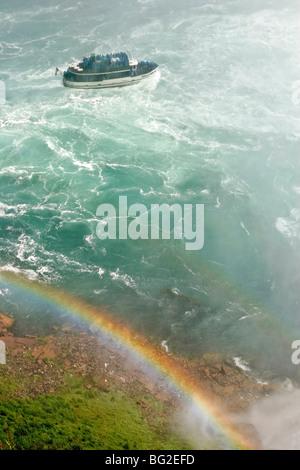Maid of the Mist, le bateau de tourisme, thrashes son chemin vers Horseshoe Falls à Niagara avec rainbow en vue, Banque D'Images