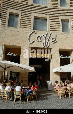 Urbino. L'Italie. Cafe & oudoor tables sur la Piazza della Repubblica. Banque D'Images