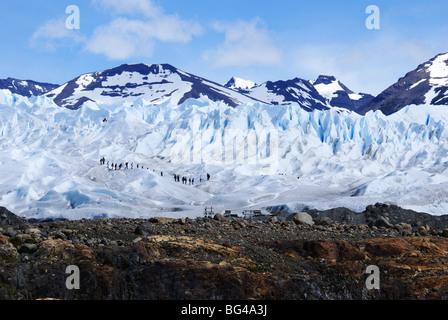 Les touristes marcher sur le glacier Perito Moreno, le Parc National Los Glaciares, Patagonie, Argentine, Amérique du Sud.