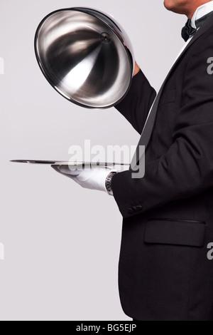 La cloche de levage Butler un plateau d'argent, d'insérer votre propre objet sur le plateau. Banque D'Images