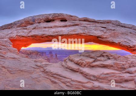 Lever de soleil sur Mesa Arch, Île dans le ciel, Canyonlands National Park, Utah Banque D'Images