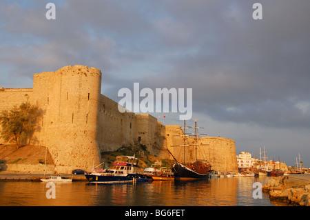 Le nord de Chypre. La lumière du matin sur le port et château de Kyrenia. L'année 2009. Banque D'Images