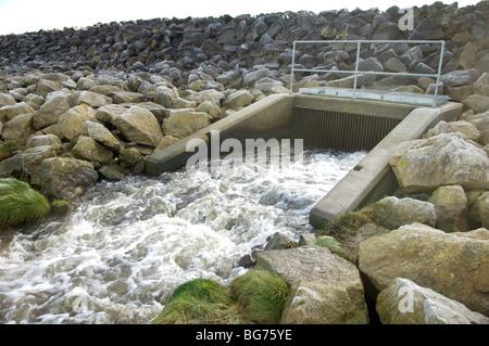 D'eaux pluviales dans le plein débit Banque D'Images