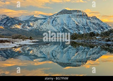 Réflexions de Mt sur Vimy lac Waterton Inférieur (Knight's Lake) au coucher du soleil dans le parc national des Banque D'Images