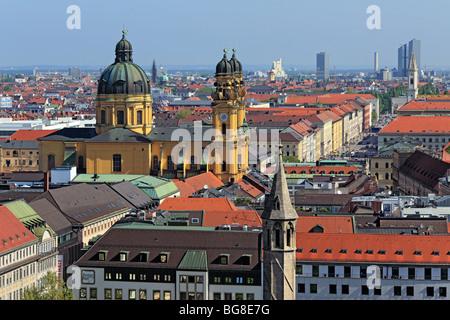 Voir l'église de Theatine (Theatinerkirche) de l'église Saint Pierre (Peterskirche), Munich, Bavière, Allemagne Banque D'Images
