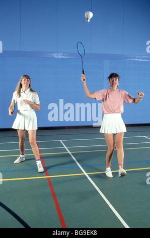 Deux femmes jouer au badminton Banque D'Images
