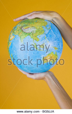 Hands Holding A Globe Banque D'Images