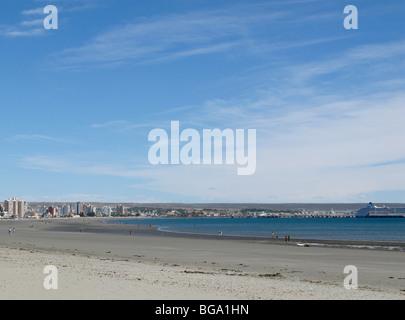 Puerto Madryn, Chubut, Argentine: plage et centre-ville au loin, en bateau de croisière à l'extrême droite Banque D'Images