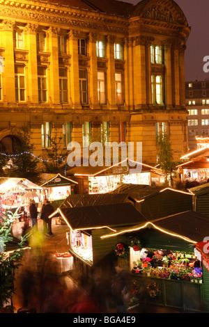 Le marché allemand à Bimingham City Centre à Noël. En face de la Chambre du Conseil. Banque D'Images