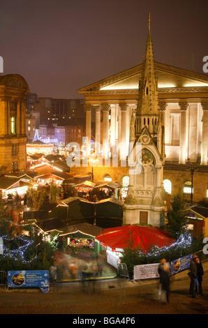 Le marché allemand à Bimingham City Centre à Noël. En face de la Chambre et du Conseil de ville. Banque D'Images