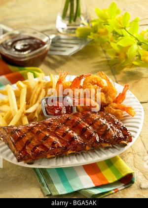 Bouts de côtes de porc BBQ avec crevettes frites et pommes de terre sautées Banque D'Images
