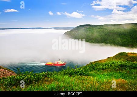 Navire qui entre dans le passage du St John's Harbour de Signal Hill à Terre-Neuve Canada Banque D'Images