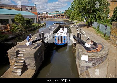 Barge dans Camden Lock, Regents Canal, Londres, Angleterre Banque D'Images