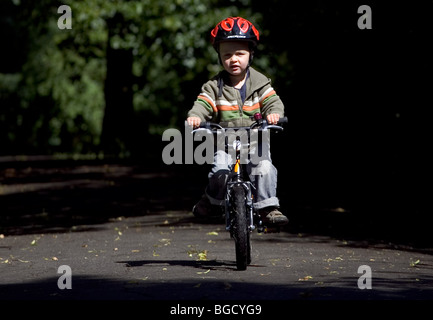 7 juin 2009, trois ans à apprendre à faire du vélo Vélo, Dévers, Brockley, Londres, Angleterre. Banque D'Images