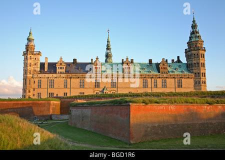 Le château renaissance de Kronborg à Helsingør, Danemark, dans le soleil du soir un soir d'été nordique.