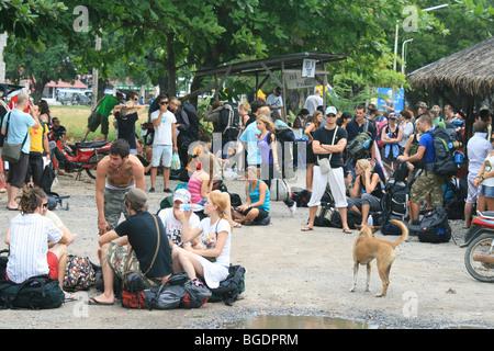 Backpackers en attente d'un bateau en Tong Sala, Koh Phangan, Thaïlande. Banque D'Images