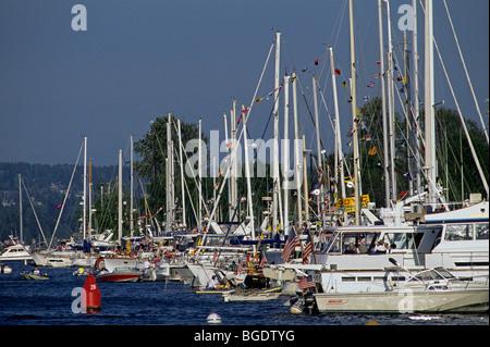 Jour de l'ouverture de la navigation de plaisance le long de la Coupe Montlake avec bateaux alignés sur la baie Banque D'Images