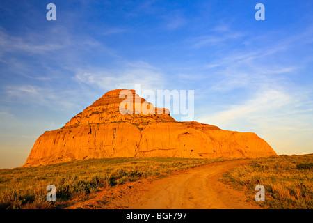 Route menant au château Butte pendant le coucher du soleil dans les Big Muddy Badlands, dans le sud de la Saskatchewan, Banque D'Images