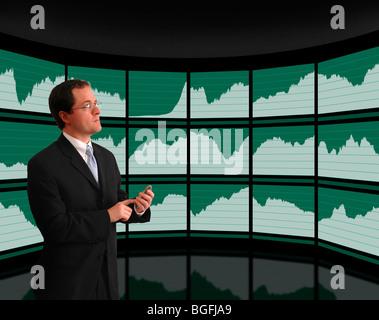 Businessman in suit l'affichage des données économiques sur les écrans graphiques de mur incurvé Banque D'Images