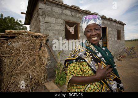 Une femme se tient devant sa maison dans le village de Chekereni, région de Kilimandjaro, Tanzanie, Afrique de l'Est. Banque D'Images