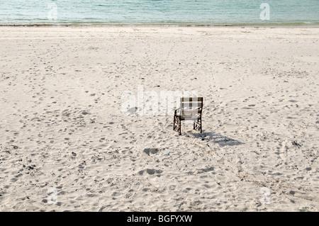 Le dirigeant d'une chaise sur une belle plage de sable blanc avec une mer bleu pâle calme, il est placé face à la Banque D'Images