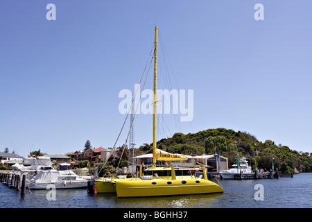 Catamaran jaune sur Swan River près de Fremantle en Australie occidentale. Banque D'Images