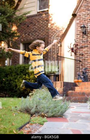 Garçon sautant dans l'air