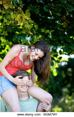Un jeune homme portant sur ses épaules son amie Banque D'Images