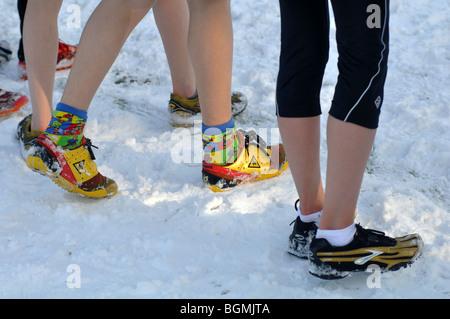 Adolescents sur ligne de départ de la course cross-country race debout dans la neige UK Banque D'Images