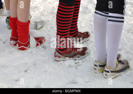 Les jeunes filles sur la ligne de départ de la course cross-country race standing in snow Banque D'Images