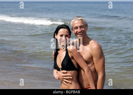 Belle mature couple hugging on a beach Banque D'Images