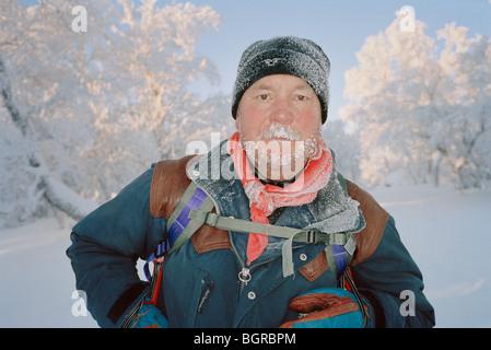 Un homme avec de la neige dans la barbe Banque D'Images