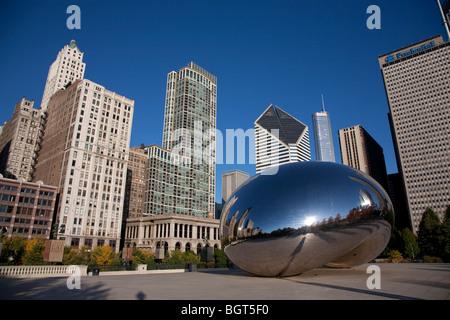 Cloud Gate a également appelé le Bean sculpture par Anish Kapoor dans le Millennium Park dans le centre-ville de Banque D'Images