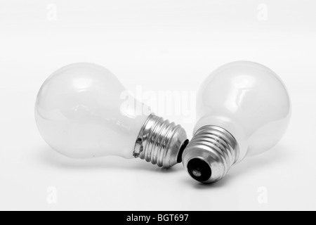 Image d'isolé deux ampoules sur un fond blanc. Type à vis Edison Banque D'Images