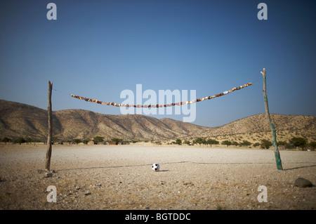 Terrain de soccer rural rustique faite de branches d'arbre et les canettes, Epupa Falls, Kaokoland, Namibie