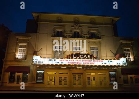 Extérieur de Lucas Theatre avec chapiteau signe en nuit, Savannah, Georgia, États-Unis d'Amérique. Banque D'Images