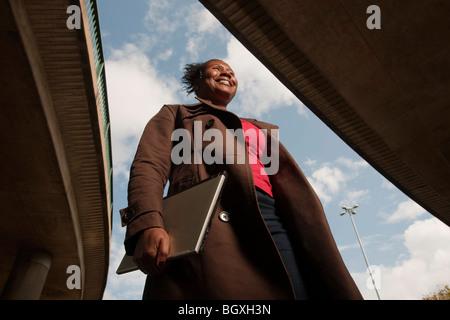 Femme au travail à pied Banque D'Images