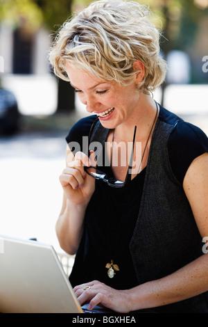 Ordinateur portable d'exploitation femme Banque D'Images