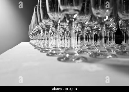 Rangées de verres à vin vide alignés sur une table avec un chiffon blanc en préparation d'une propriété Banque D'Images