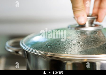 Condensation sur le couvercle de casserole Banque D'Images