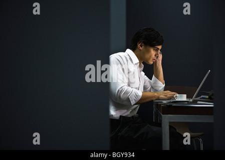 L'homme à la fin de travail de bureau Banque D'Images
