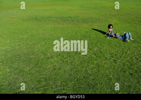 Young couple relaxing together in park, high angle view Banque D'Images