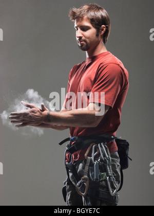 Mettre les mains sur la craie grimpeur Banque D'Images