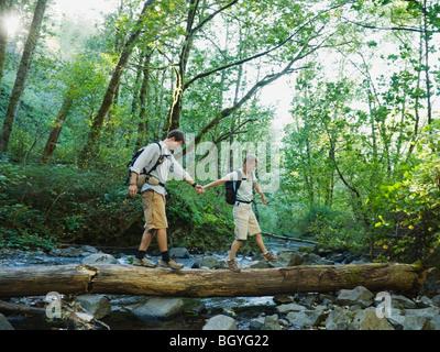 Les randonneurs marche sur log Banque D'Images