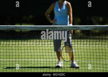Filet de tennis, tennis player with hand on hip en arrière-plan Banque D'Images
