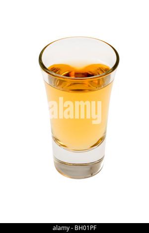 Verre à whisky pure sur fond blanc